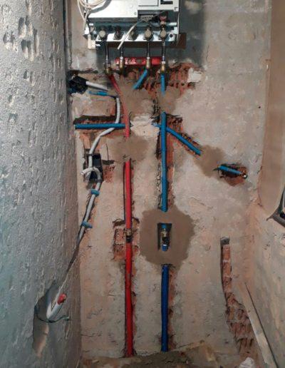 Instal·lació de caldera mixta amb canonades encastades