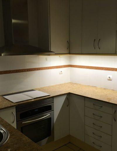 Instalación luz led debajo de armario cocina