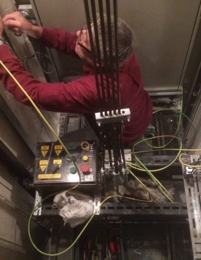 Instalación de toma de tierra inexistente para los ascensores